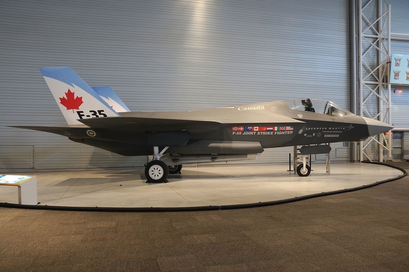 lockheed_martin_f-35_lightning_ii_28mock-up292c_canada_-_air_force_an1753011