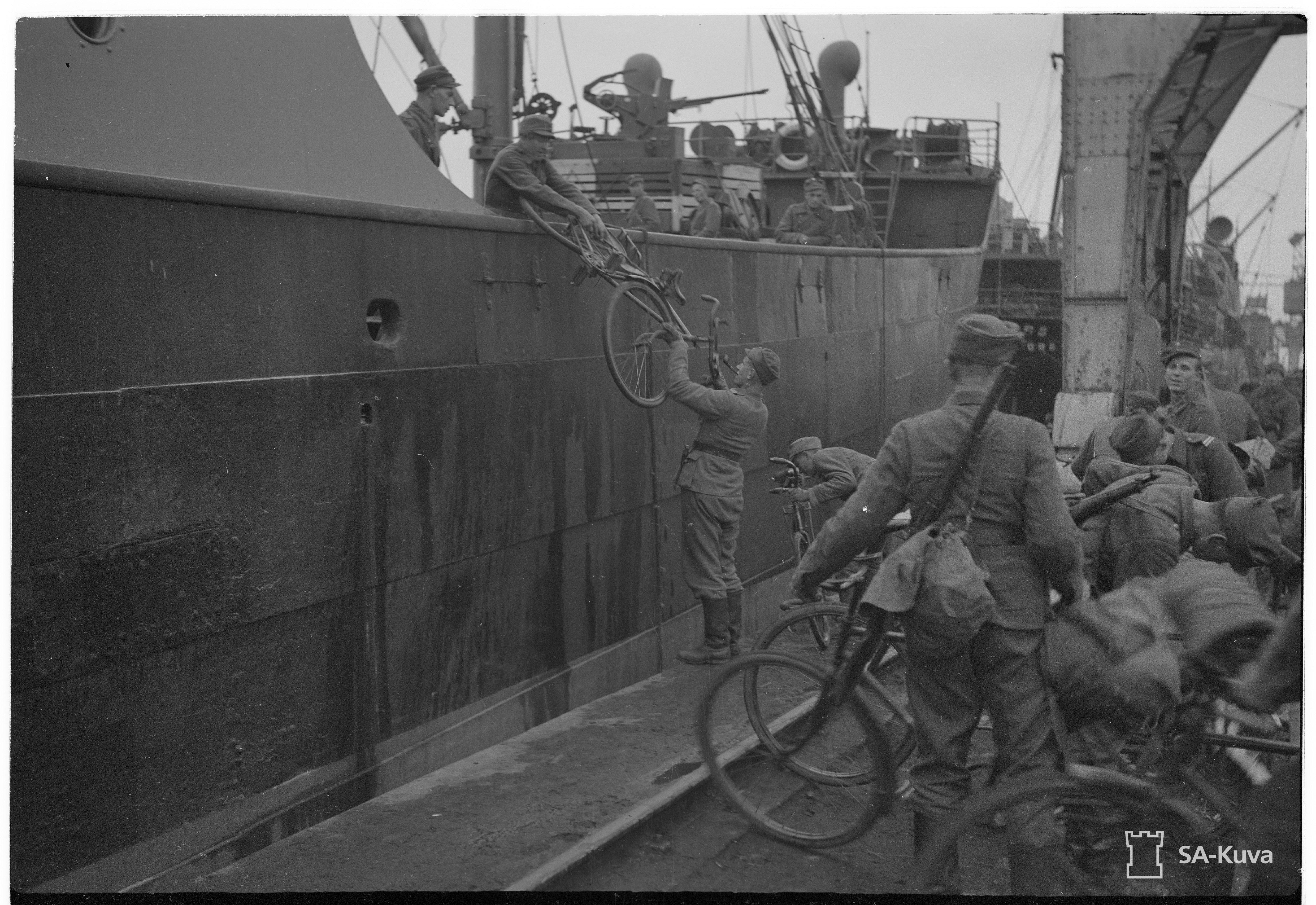 Kevyen osaston polkupyöriä lastataan laivaan Tornioon vietäväksi.