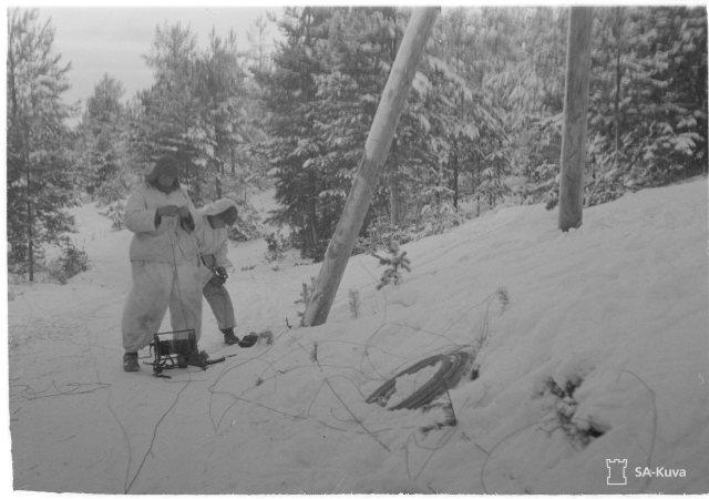 Jyvälahden valtaus 3.1.1942: Viestimiehet kirkasjohdon kimpussa.