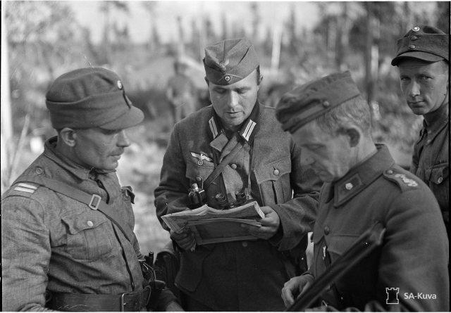 JR. 50:n komentaja majuri Aho neuvottelee saksalaisten upseerien kanssa.